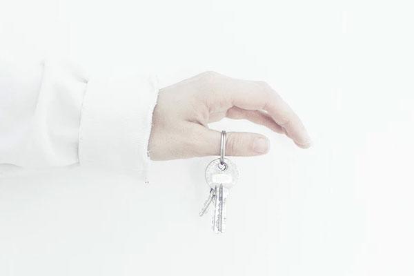 Cliente sosteniendo llaves